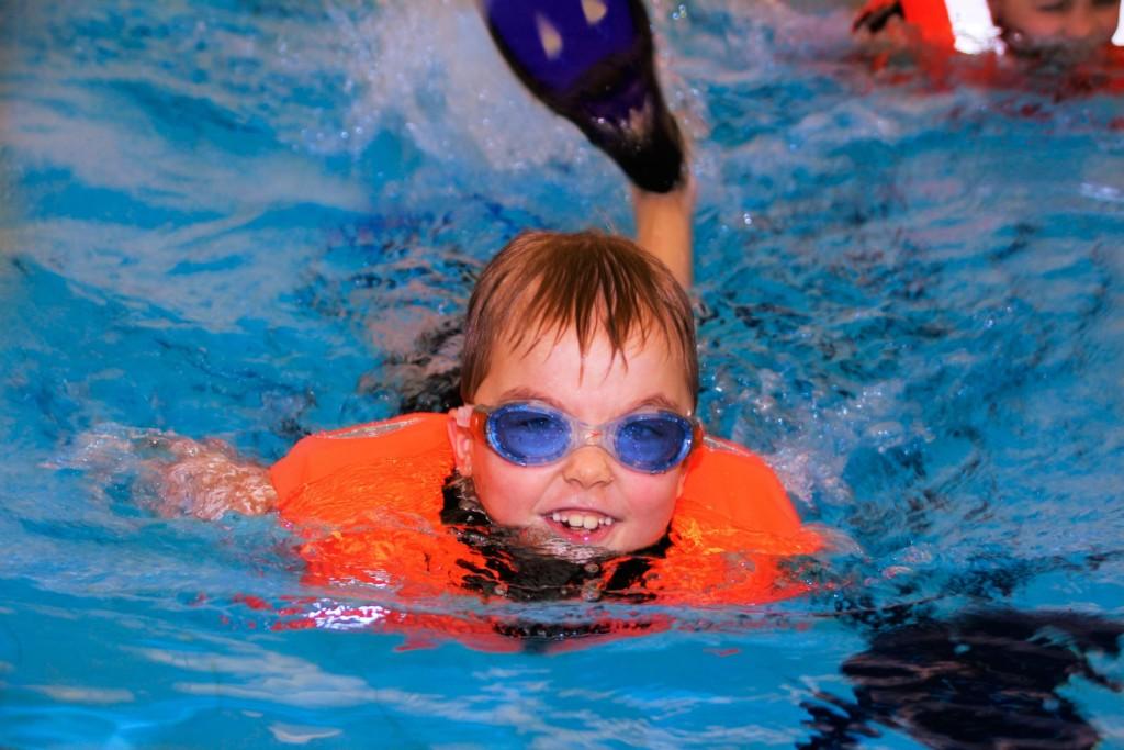 Poika ui räpylöillä