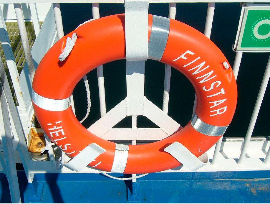 Laivan kaiteessa kiinni oleva oranssinen pelastusrengas